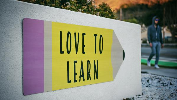 "Cartello con scritto ""Love to learn"""